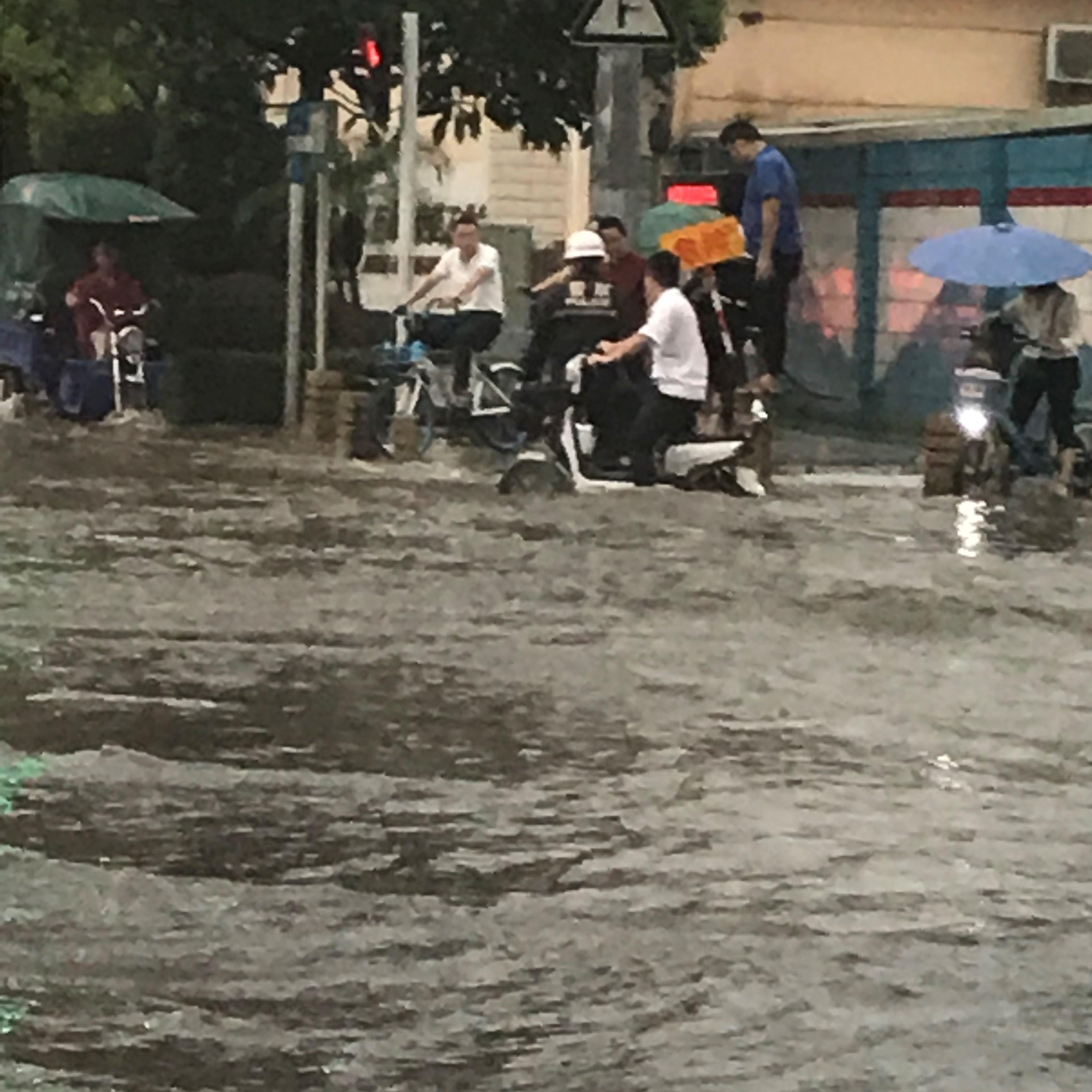 大雨の冠水で困る大陸人の図。。